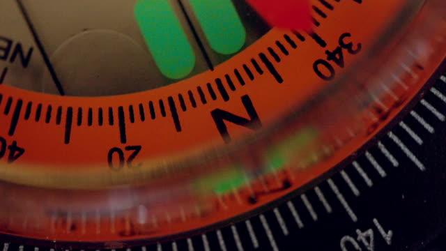 vídeos de stock, filmes e b-roll de bússola de navegação com o movimento da agulha - compasso