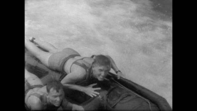 vídeos de stock, filmes e b-roll de navy frogmen demonstrate skills in hudson river / men dive into water from moving boat / man on boats grabs man in water using a lasso. - veículo anfíbio