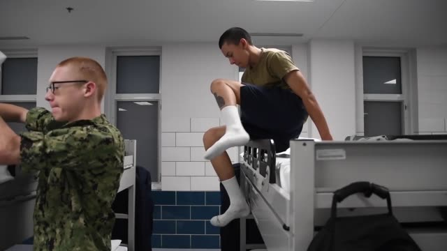 stockvideo's en b-roll-footage met us navy recruits perform group physical training and learn basic first aid at recruit training command the handson learning curriculum at rtc tests... - human interest