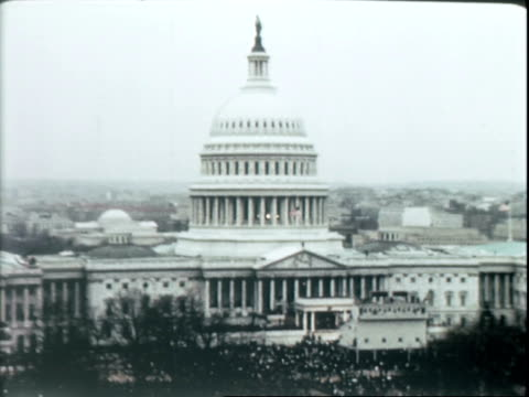 vídeos de stock, filmes e b-roll de us navy sailors marching outside us capitol building on inauguration day / guests arriving having tickets checked by police officers and us marines /... - tomada de posse