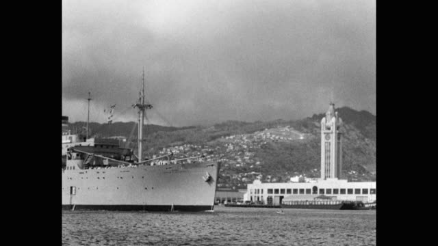 vídeos de stock e filmes b-roll de 1953 - us navy troop transport ship moving in bay by the aloha tower, honolulu, hawaii, usa - aloha