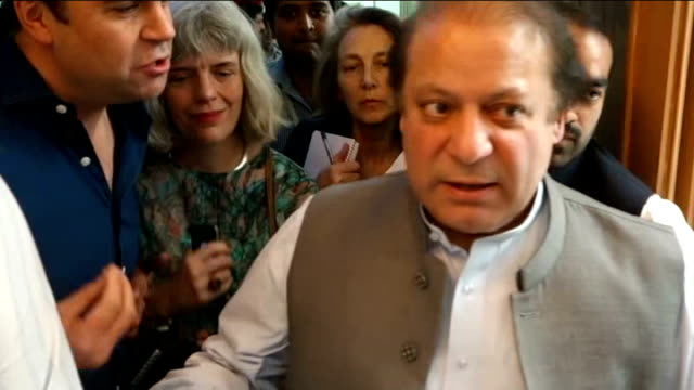 vídeos de stock e filmes b-roll de nawaz sharif claims victory in general election; sharif along through press sharif interview sot ext man standing on cart pulled along by donkey... - alimento básico