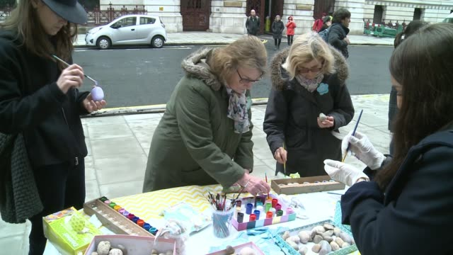husband marks jailed days with stones at protest england london westminster ext people placing painted stones 'free nazanin' on pavement at protest... - nazanin zaghari ratcliffe video stock e b–roll