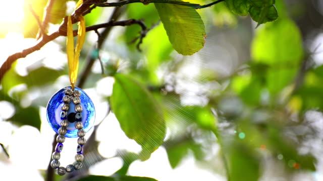 nazarlık (bösen augen perlen) auf die tree - perlenschnur stock-videos und b-roll-filmmaterial