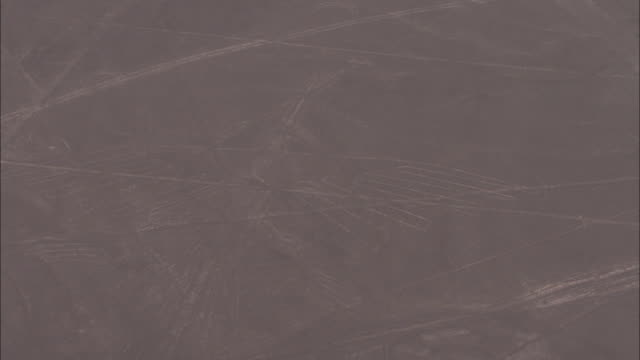 vídeos y material grabado en eventos de stock de nazca lines curve and criscross over the nazca desert in peru. - peruano