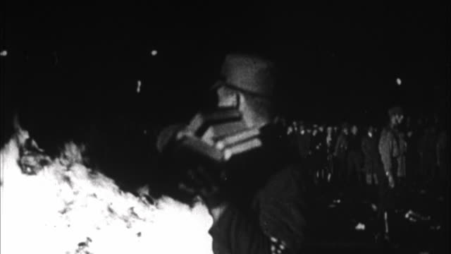 stockvideo's en b-roll-footage met nazi book burning / berlin, germany - 1933