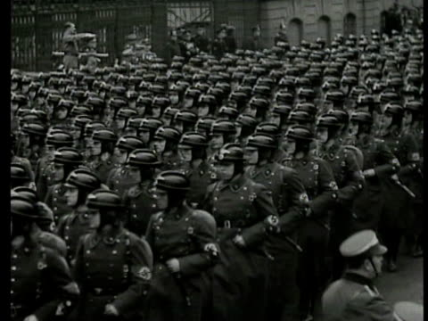 vídeos de stock, filmes e b-roll de nazi german soldiers marching in formation cu signs 'saar to hitler' 'germany rearms secretly' ms nazi soldiers marching in formation cu sign 'nazis... - marchando