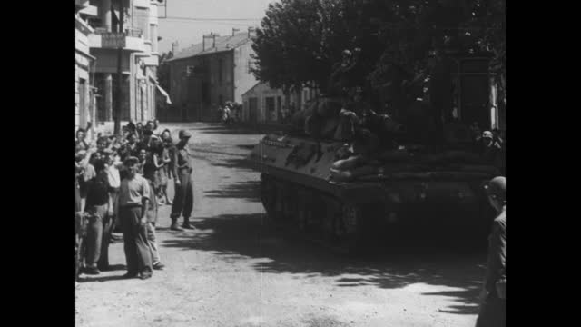 vidéos et rushes de nazi german troops with white flag of surrender / us soldiers march nazi pows along road away from camera in frejus, france / vs german pows... - acclamation de joie