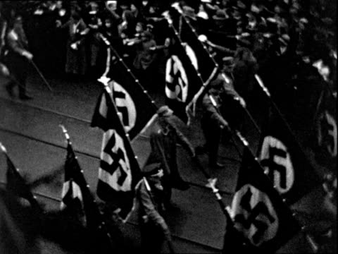 vídeos de stock, filmes e b-roll de nazi parade with nazi flags marching band and various groups and bandwagons - marchando