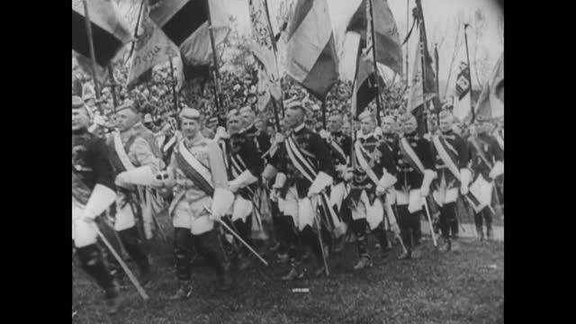 vídeos y material grabado en eventos de stock de nazi party members marching on the streets in germany - 1920 1929
