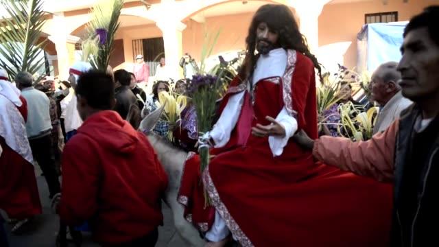 vídeos y material grabado en eventos de stock de ndigenas guatemaltecos participan en una procesion de domingo de ramos dando inicio a la semana santa una celebracion muy arraigada en el pais - semana santa