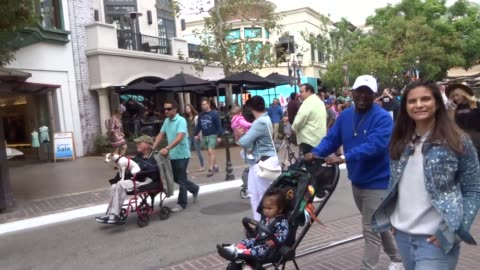 neal mcknight shopping at the grove in hollywood in celebrity sightings in los angeles, - the grove los angeles stock videos & royalty-free footage