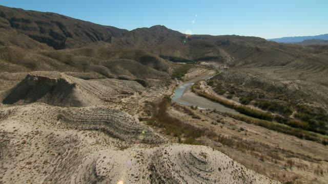 vídeos y material grabado en eventos de stock de near mariscal canyon in big bend national park, the rio grande winds through the desert with reduced water levels. - paisaje árido