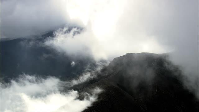stockvideo's en b-roll-footage met in de buurt van de belangrijkste krater van de vulkaan etna - luchtfoto - sicilië, catania, piedimonte etneo, italië - active volcano