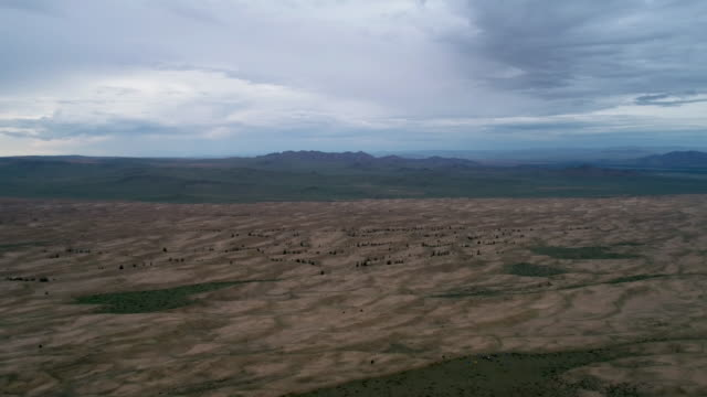stockvideo's en b-roll-footage met near the settlement tes is a somon aimak in the western part of mongolia. panoramic view of the steppe and sands from above. - steppe