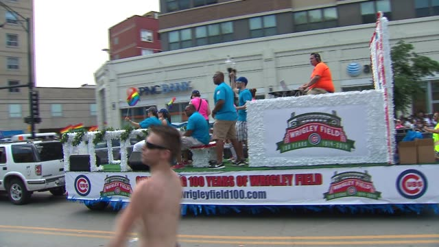 nearly 1 million people packed the streets at chicago's 45th annual gay pride parade on june 29 2014 in chicago illinois it was the first year... - festwagen stock-videos und b-roll-filmmaterial