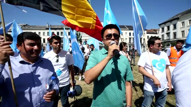 nearly 100 uighur turks on friday gathered in front of the european parliament in brussels to protest against china and its east turkistan policies.... - 新疆ウイグル自治区点の映像素材/bロール