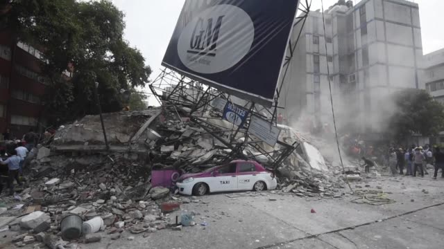 nearly 150 people were killed when a powerful 71 magnitude earthquake struck mexico on tuesday toppling buildings in the capital and sowing panic on... - 1985 bildbanksvideor och videomaterial från bakom kulisserna