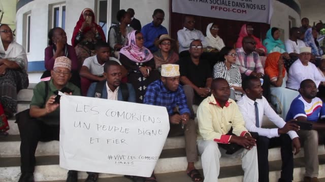 vídeos de stock e filmes b-roll de nearly 200 comorians gather in moroni to show their solidarity with the victims of insecurity in mayotte - territórios ultramarinos franceses