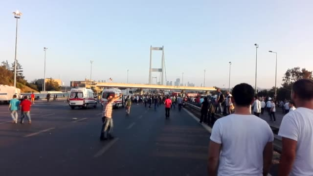 nearly 50 soldiers occupying bosphorus bridge surrender as istanbulites climb on tanks during parallel state/gulenist terrorist organizations coup... - staatsstreich stock-videos und b-roll-filmmaterial