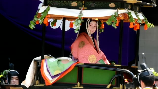 stockvideo's en b-roll-footage met nearly 80,000 spectators gathered in kyoto as a costumed procession of heian period courtiers and retainers traveled slowly down the city's... - hoveling