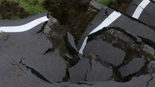 nearly a quarter of a million people are in shelters in japan after two powerful earthquakes that have left at least 41 dead and entire communities... - 地震点の映像素材/bロール