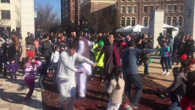 vidéos et rushes de nearly a thousand people from neighboring states gather at john carlyle square park in alexandria virginia to celebrate nowruz persian new year... - alexandria virginie