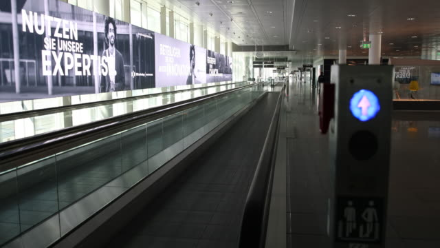 stockvideo's en b-roll-footage met nearly empty airport waiting area next to the gates at the airport munich, many cancelled flights since many states make entry difficult or... - münchen vliegveld