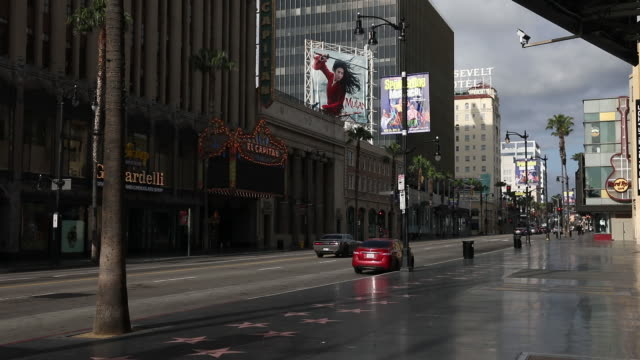 vídeos de stock e filmes b-roll de a nearly empty street in los angeles california us on thursday april 2 2020 the us west coast is offering hopeful signs that early social distancing... - west hollywood