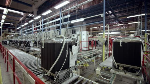 vidéos et rushes de produits qui voyagent sur la ceinture de rouleau dans l'usine cs presque finis - slovénie