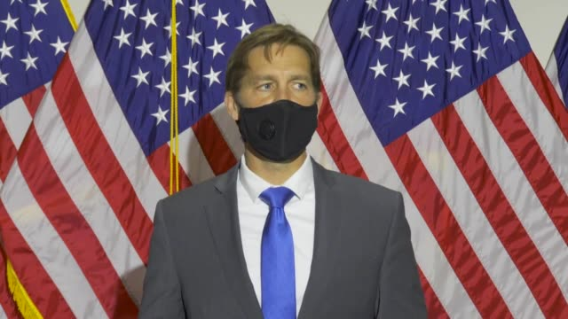 vídeos de stock e filmes b-roll de nebraska senator ben sasse says at an unplanned press conference about a proposed constitutional amendment to keep the supreme court at nine justices... - 12 15 meses