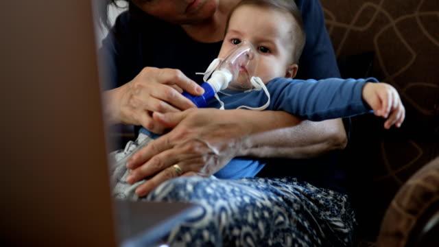 vernebler behandlung für krankes kind baby - lunge stock-videos und b-roll-filmmaterial