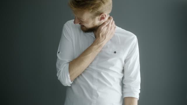 vídeos de stock e filmes b-roll de neck pain - dor no pescoço