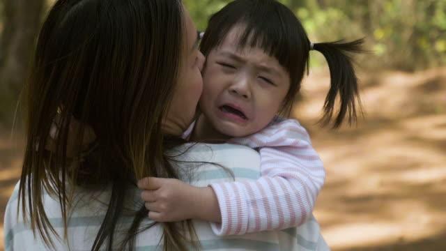 vídeos y material grabado en eventos de stock de negativa emoción madre asia explotación gritadora niña en jardín - 2 3 años