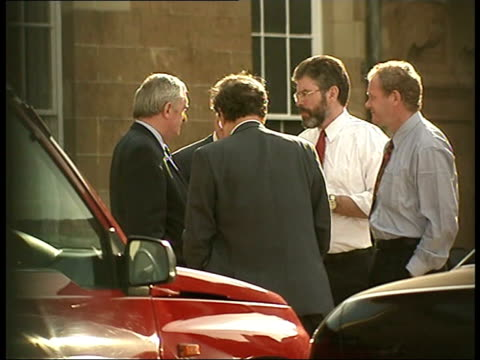 arms lib negotiators seen thru window of hillsborough castle adams talking with martin mcguinness irish prime minister bertie ahern and others ahern... - バーティ アハーン点の映像素材/bロール