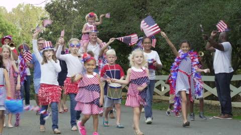 stockvideo's en b-roll-footage met buurt juli vierde parade - optocht