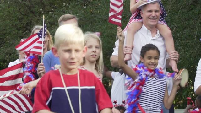 vidéos et rushes de neighborhood july fourth parade - latin american culture