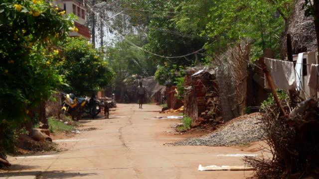 stockvideo's en b-roll-footage met neighborhood road in rural location in india - alleen één mid volwassen man