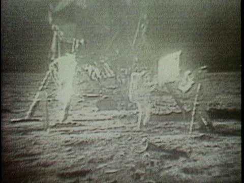 """neil armstrong and edwin """"buzz"""" aldrin plant the us flag on the moon. - 1969 bildbanksvideor och videomaterial från bakom kulisserna"""