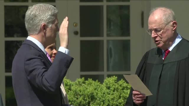 vídeos de stock e filmes b-roll de neil gorsuch is sworn in as a judge of the supreme court of the united states as us president donald trump watches in rose garden at the white house - jardim das rosas da casa branca