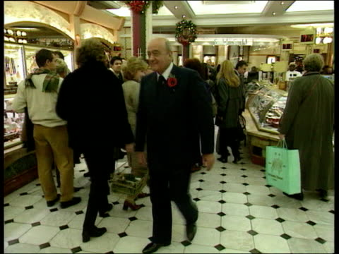 neil hamilton loses lib harrods int mohammed al fayed walking around food hall in harrods speaking to customers lib macclesfield never alderley the... - ウィリアム・ローチ点の映像素材/bロール