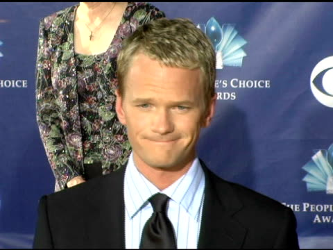 neil patrick harris and mother at the 2006 people's choice awards arrivals at the shrine auditorium in los angeles, california on january 10, 2006. - ニール・パトリック・ハリス点の映像素材/bロール