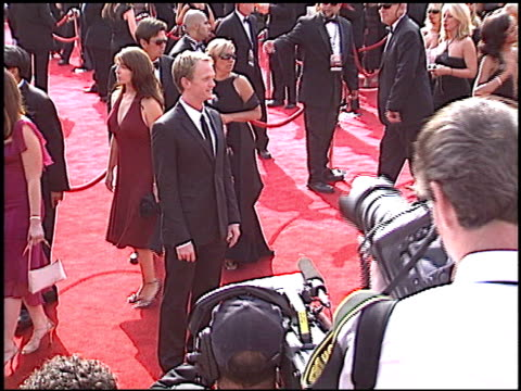 neil patrick harris at the 2005 emmy awards entrance at the shrine auditorium in los angeles, california on september 18, 2005. - ニール・パトリック・ハリス点の映像素材/bロール