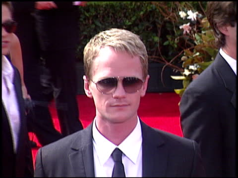 neil patrick harris at the 2005 emmy awards entrances at the shrine auditorium in los angeles, california on september 18, 2005. - ニール・パトリック・ハリス点の映像素材/bロール