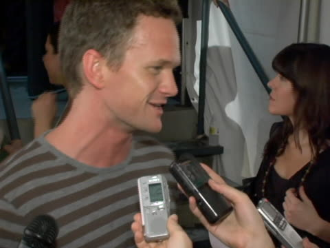 vídeos y material grabado en eventos de stock de neil patrick harris on not being able to live without tivo the show treasure hunter needing to see superman the new book he got cockroaches and his... - superman superhéroe