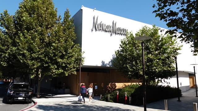 vídeos y material grabado en eventos de stock de neiman marcus store building exterior in san francisco, california, u.s., on monday, november 2, 2020. - neiman marcus