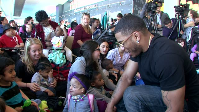 nelly and audience at nick cannon rocks lights empire state building for st mary's kids at the empire state building on october 15 2015 in new york... - moderne rockmusik stock-videos und b-roll-filmmaterial