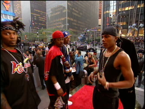 nelly arrives to the 2000 video music awards at radio city music hall. - nelly rapper stock-videos und b-roll-filmmaterial