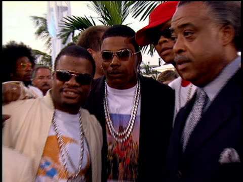 Nelly arriving and posing for pictures with Al Sharpton at the 2004 MTV Video Music Awards red carpet