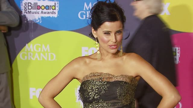stockvideo's en b-roll-footage met nelly furtado at the 2006 billboard music awards at the mgm grand hotel in las vegas, nevada on december 4, 2006. - handen op de heupen